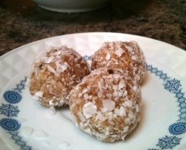 The perfect snowy treat to celebrate winter that's allergy friendly, gluten free, and vegan: quick and easy no-bake Coconut Snowball Bites! - @TheFitCookie #paleo #vegan