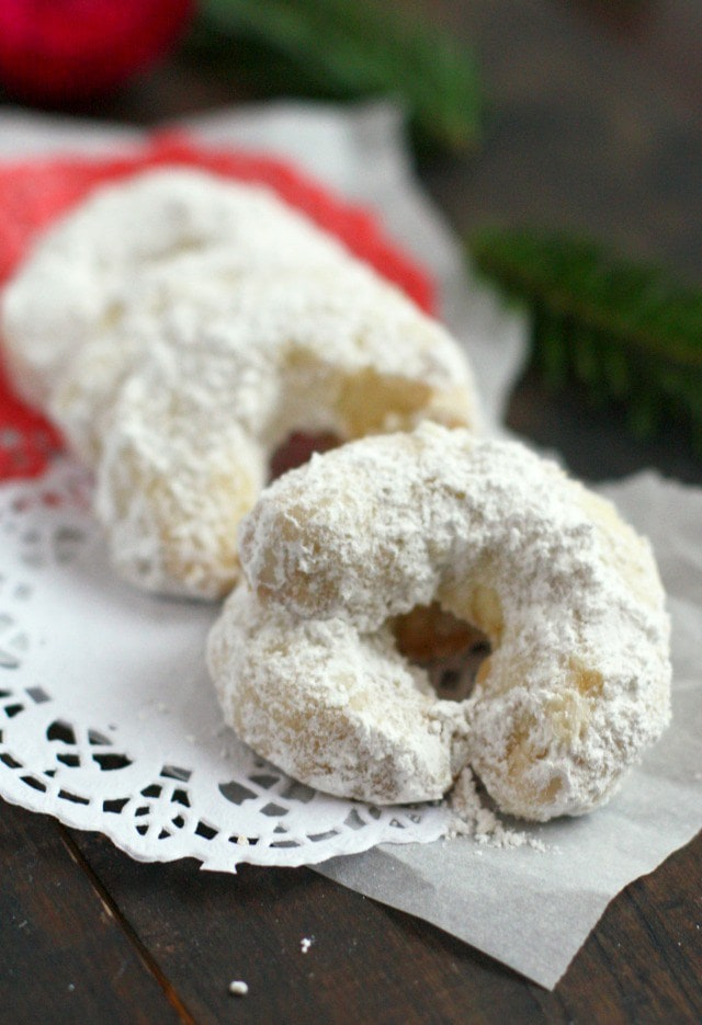 60 Gluten Free and Dairy Free Christmas Cookies: Bohemian Crescent Cookies by The Pretty Bee #glutenfree #vegan #nutfree