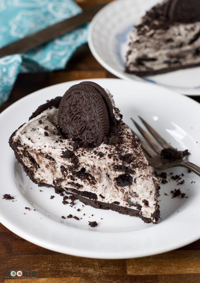 If you're looking for an easy but special sweet treat for friends with food allergies, then make this Easy Oreo Cheesecake! This is dairy free, egg, and peanut free, with a gluten free option, plus it's super easy to make (no baking!) - @TheFitCookie